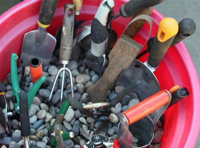 Грамотное хранение садового инструмента.