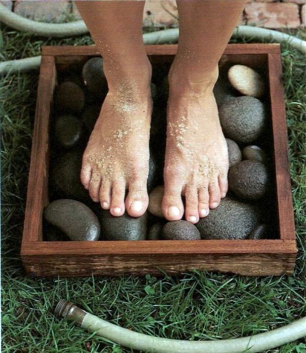 Поддон с галькой для мытья ног.